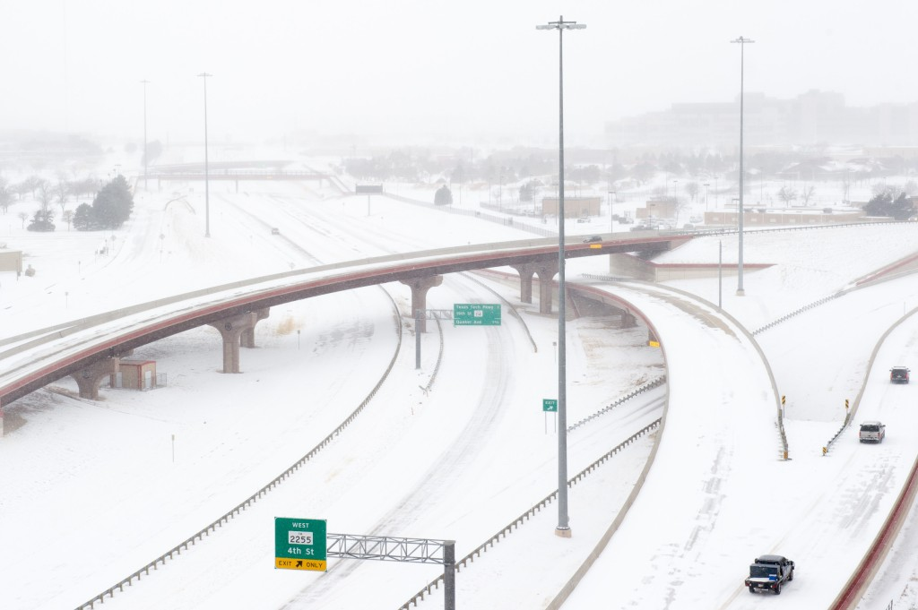 texan highway covered in snow from snowstorm uri